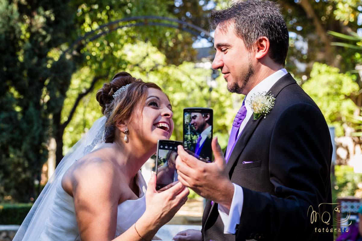 Novios fotografiándose a si mismos con sus teléfonos moviles