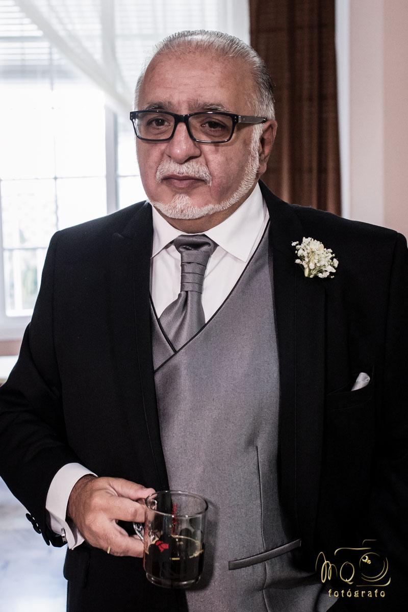 Padre de la novia esperando en su casa