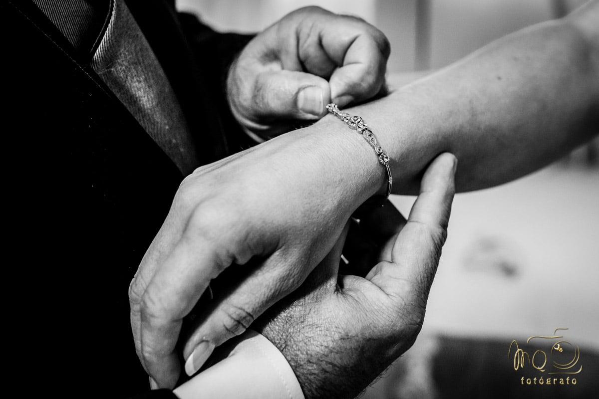 Detalle de la pulsera de la novia, poniéndosela el padre