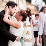 novios besándose en la calle después de la boda en la iglesia de la concepción de Sevilla
