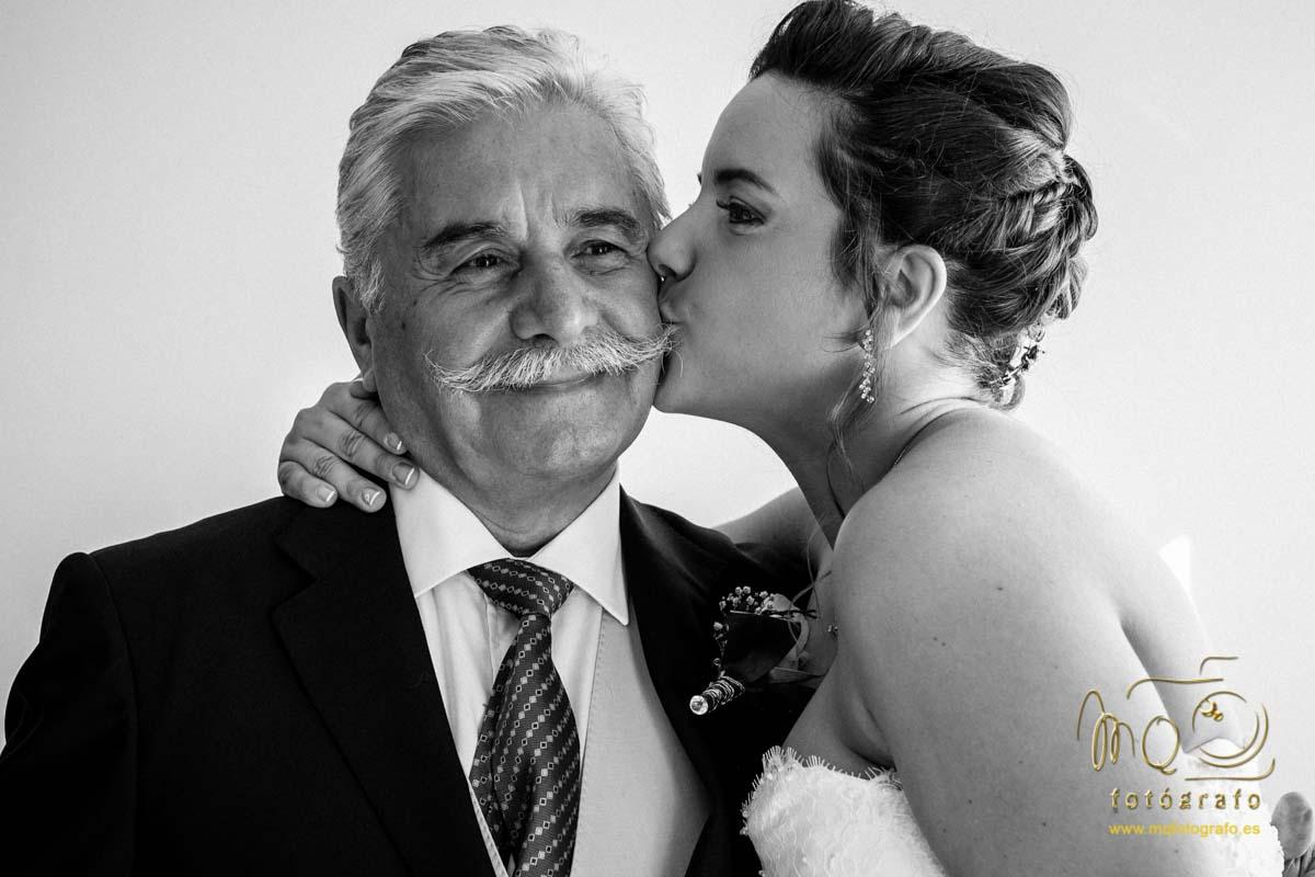 novia besando en la cara al padre