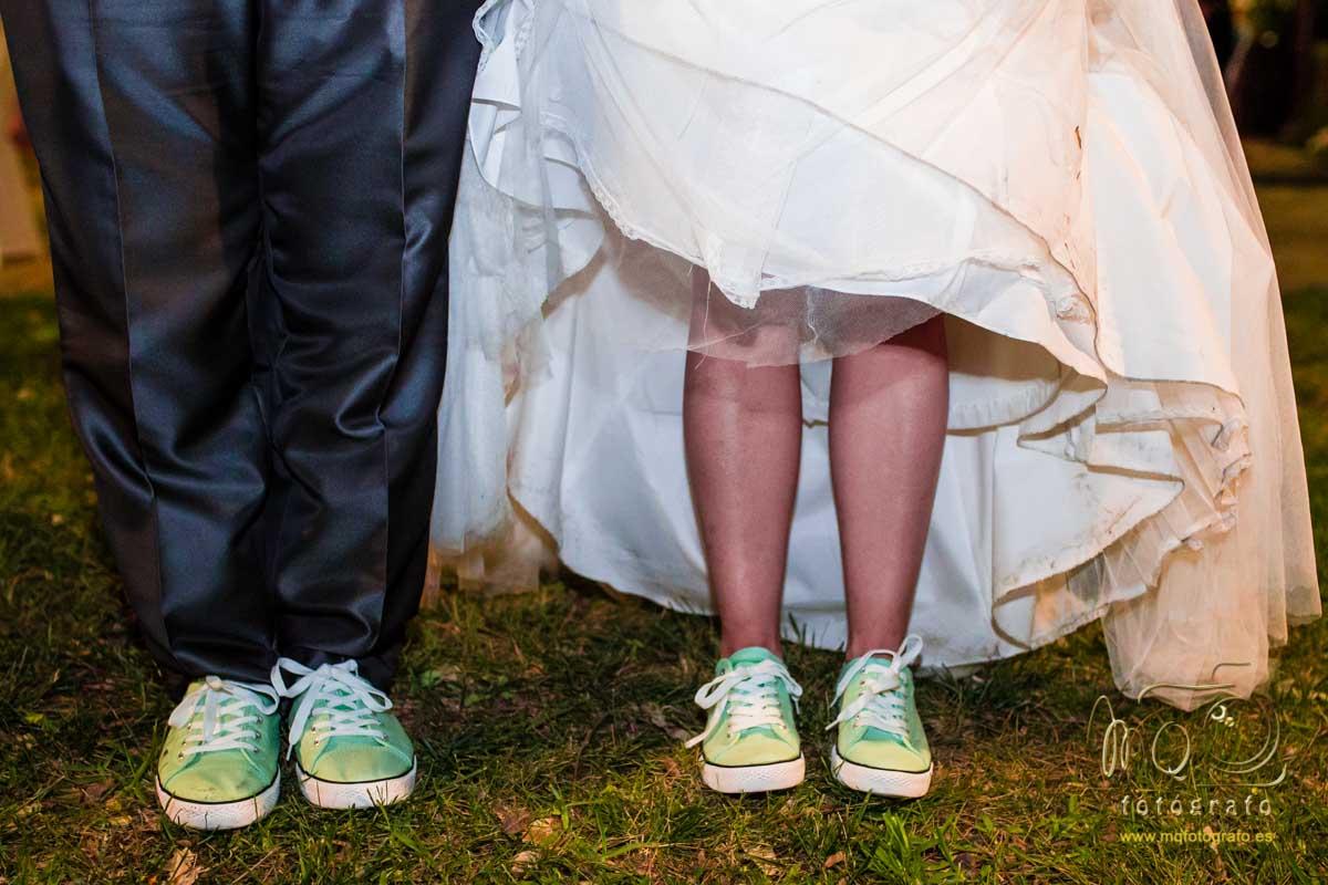 pies de los novios mostrando las zapatillas verdes