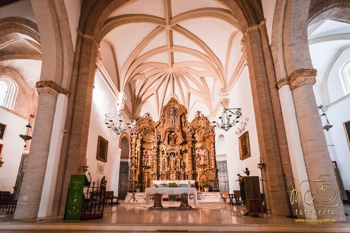 altar completo y cúpula de la iglesia de San Bartolomé de Carmona