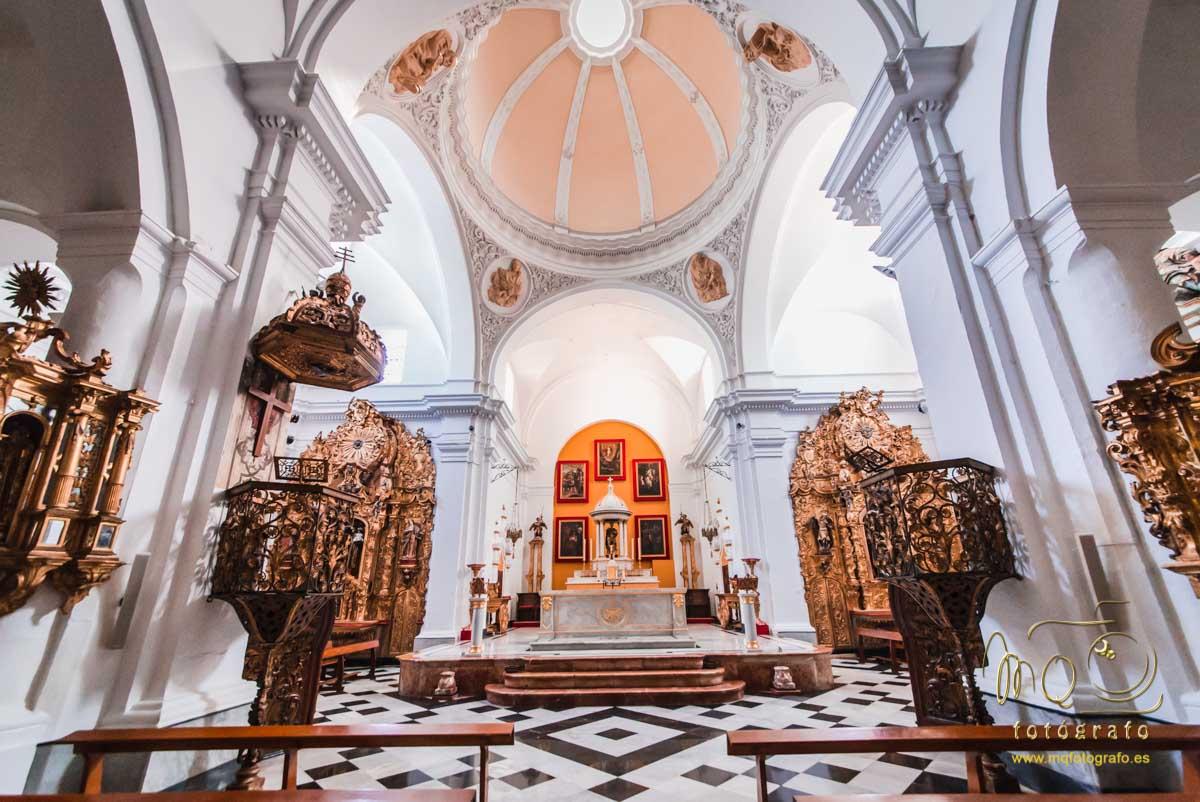 vista del altar hasta la cúpula de la iglesia de San Pedro de Carmona