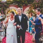 Novios entre pétalos después de la boda civil en hacienda Azahares