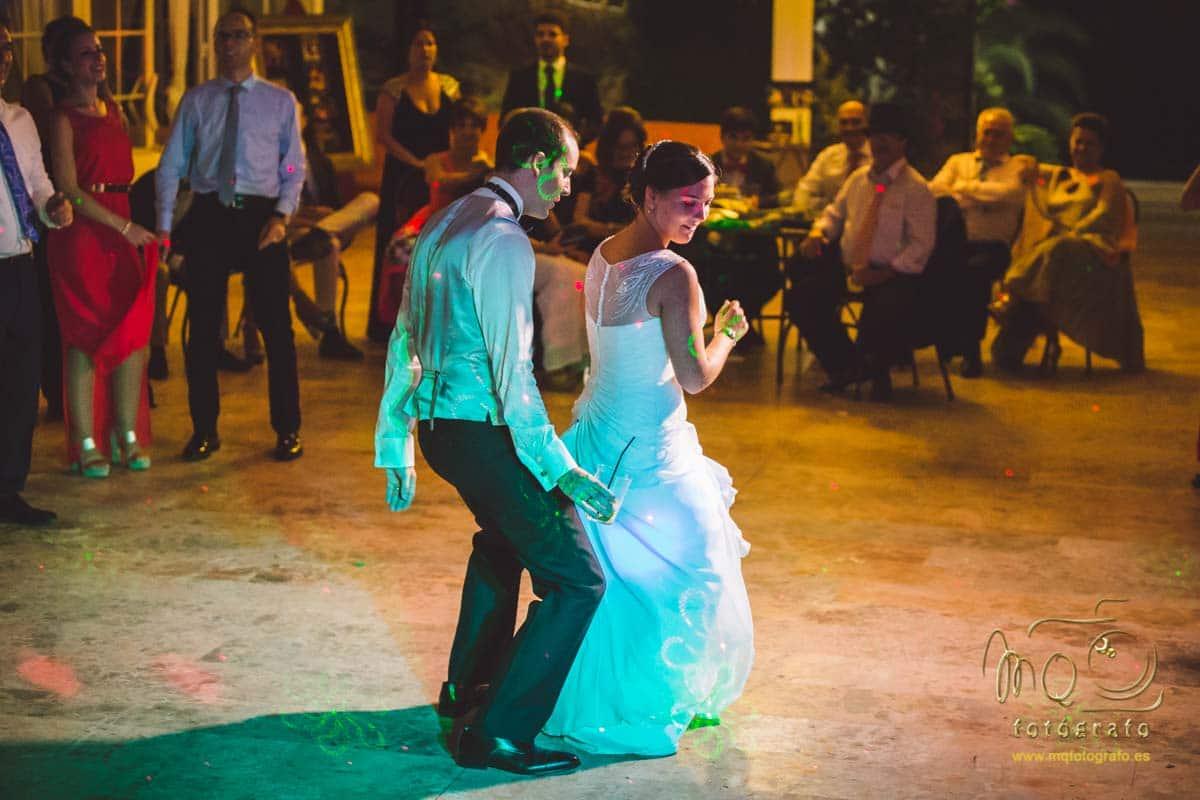 novios bailando sexy