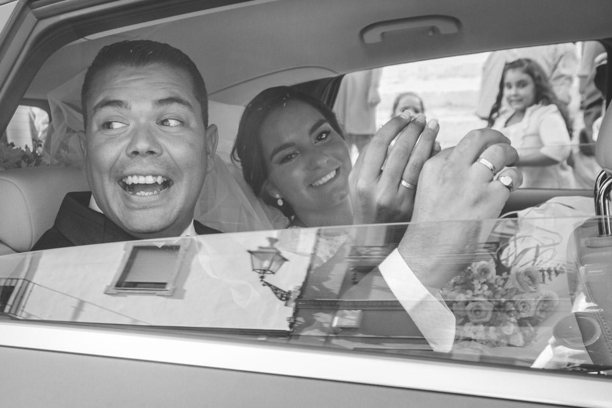 los novios en el coche saludando
