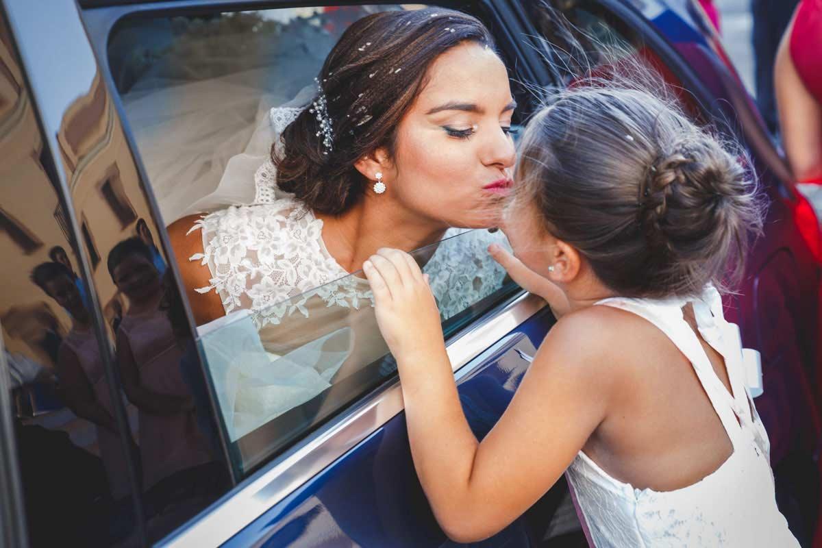 novia en el coche besando a la niña