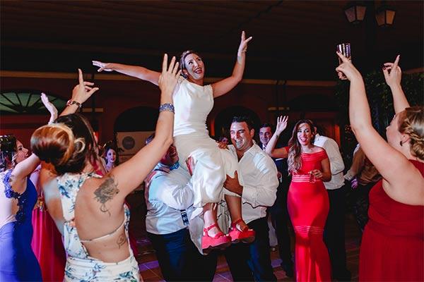 día de la boda, novia en hombros