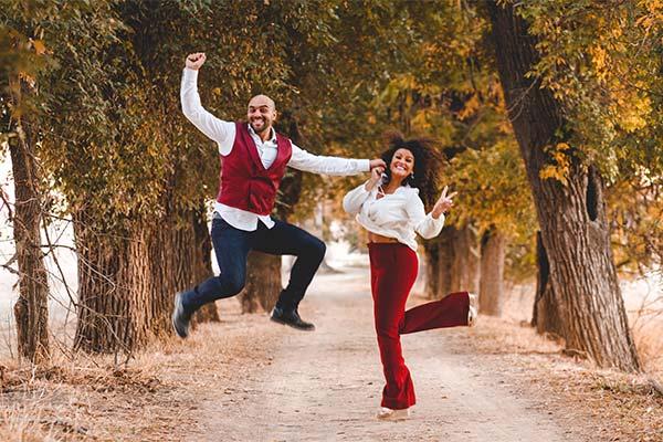 Foto de preboda novios saltando en el día de su boda en Sevilla