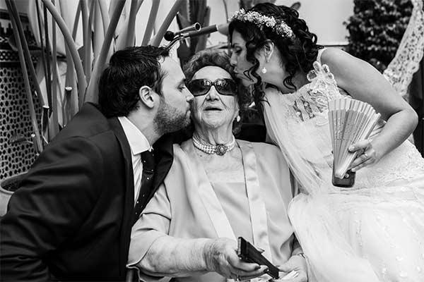 Boda en Sevilla, novios con la abuela