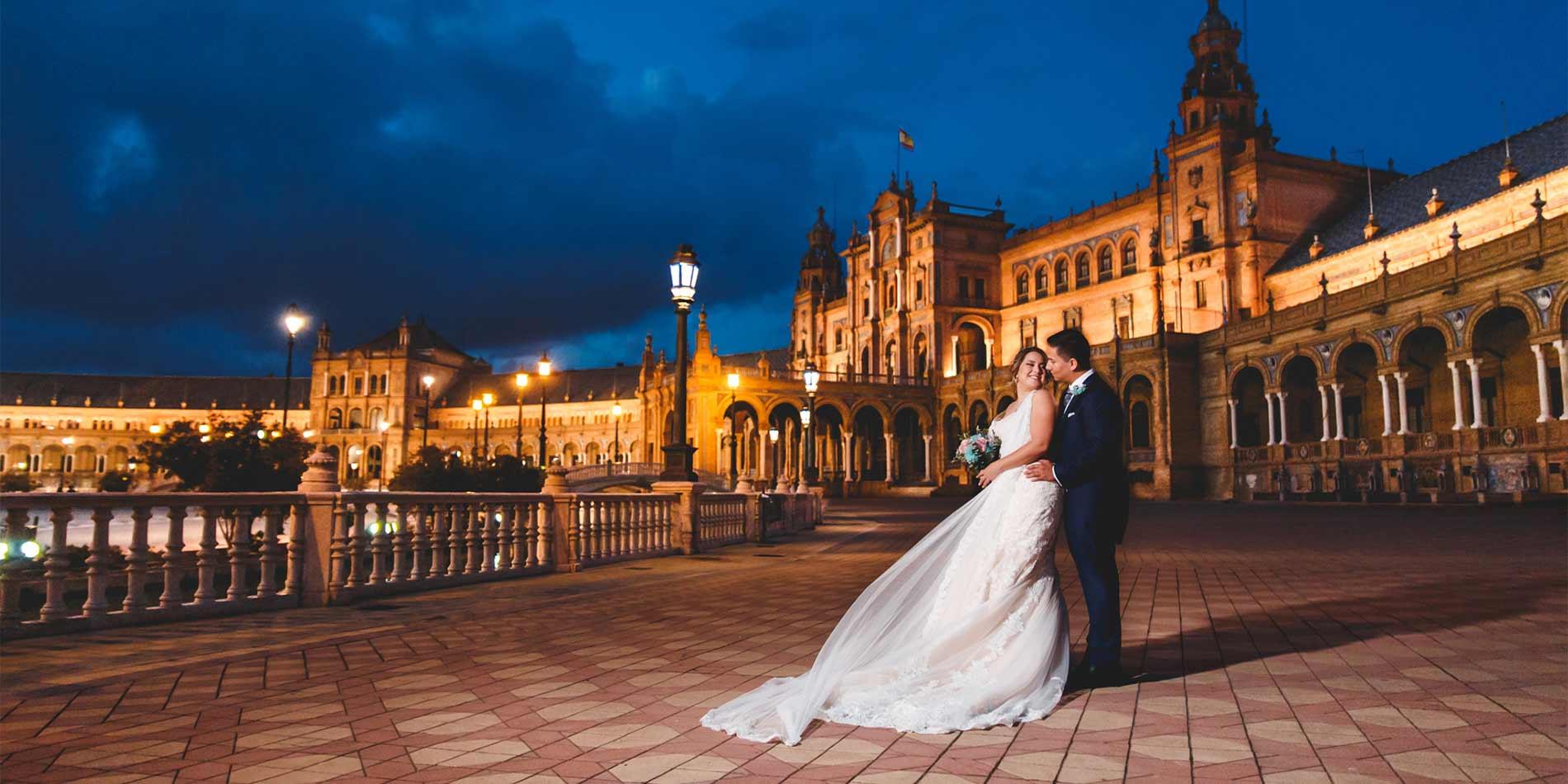 Fotos de boda en Sevilla, pareja de novios en plaza de España de noche