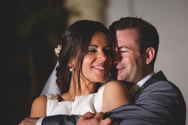 Fotógrafo de bodas en Sevilla, novios abrazados en actitud cariñosa y emotiva, natural y sin poses