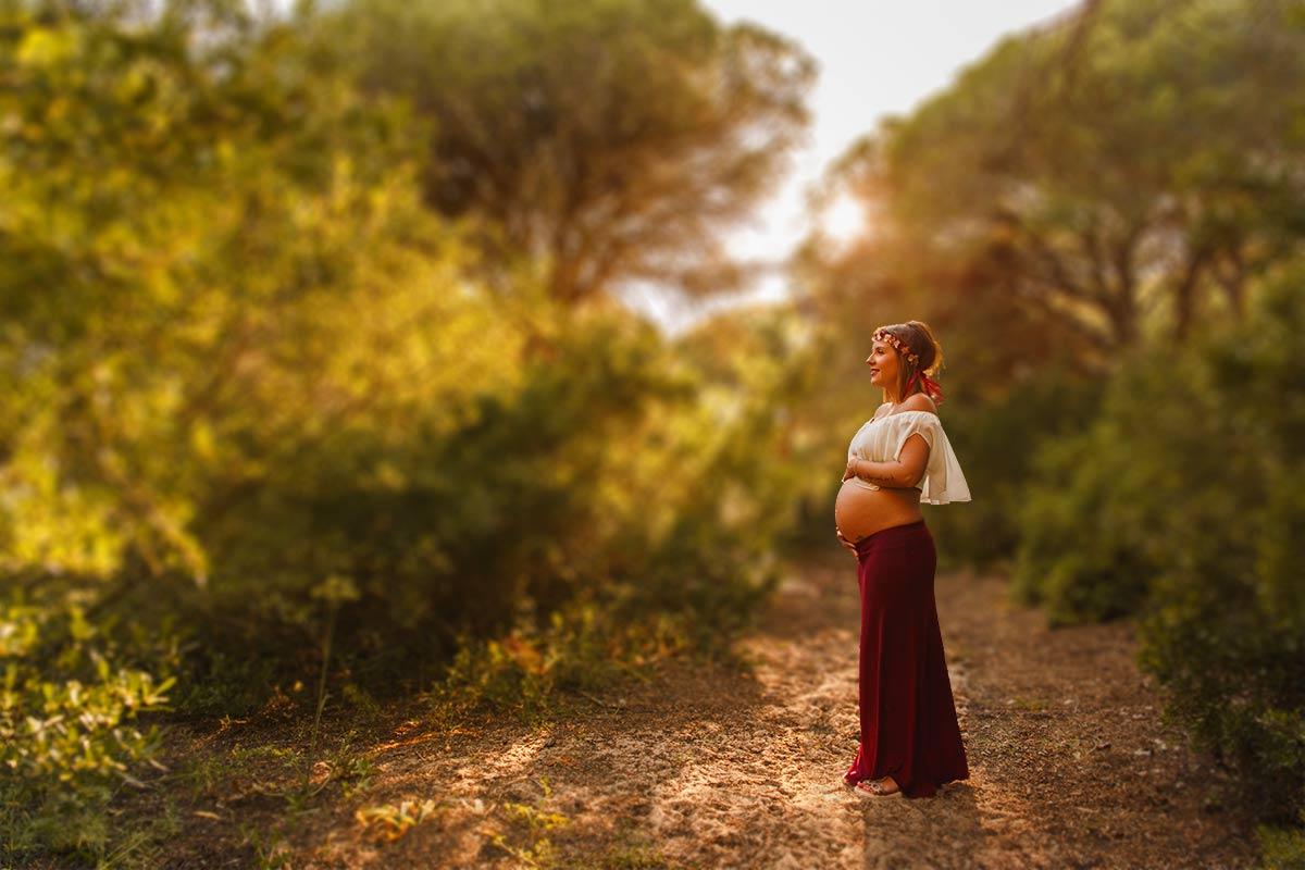 sesión embarazada en la playa, Celia entre árboles en un bosque cercano a la playa